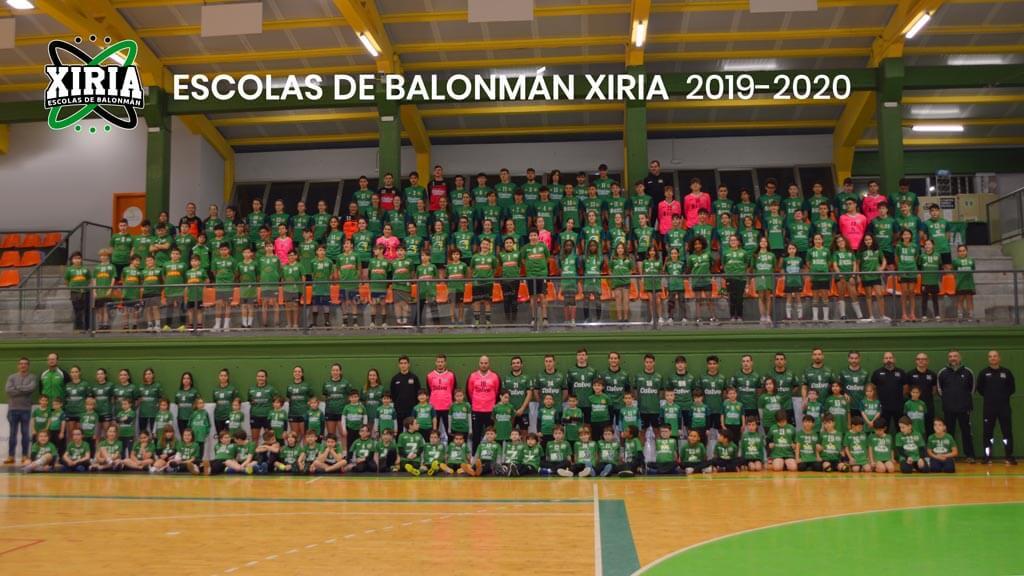 Foto dos máis de 20 integrantes das escolas de balonmán xiria